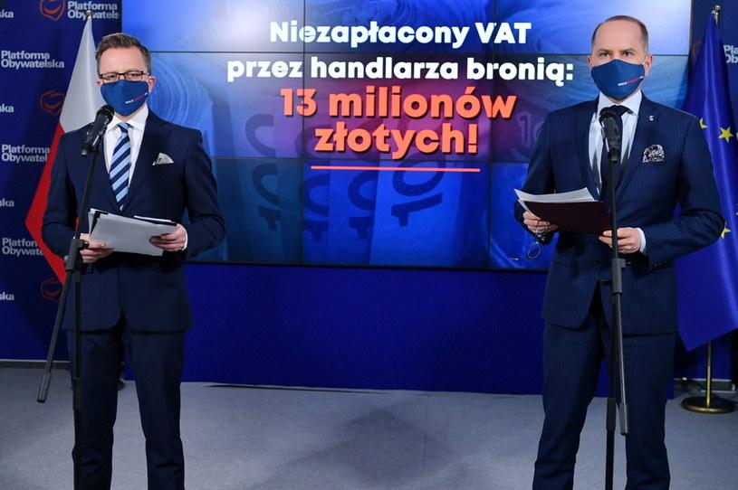 Posłowie KO Dariusz Joński (L) i Michał Szczerba (P) podczas konferencji prasowej w Biurze Krajowym PO w Warszawie /Piotr Nowak /PAP