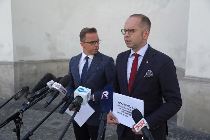 Posłowie Koalicji Obywatelskiej Dariusz Joński i Michał Szczerba przed Ministerstwem Zdrowia. / Tomasz Gzell    /PAP