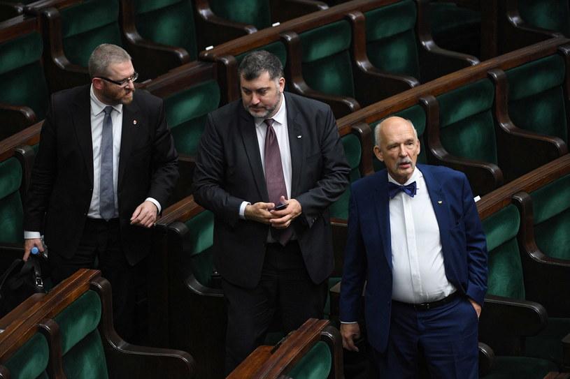 Posłowie Konfederacji: Grzegorz Braun, Artur Dziambor i Janusz Korwin-Mikke w Sejmie /Radosław Pietruszka /PAP