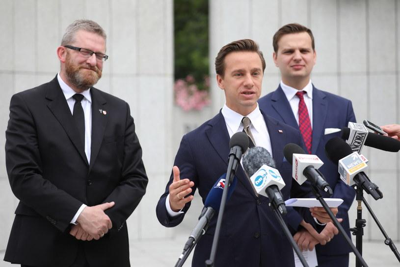 Posłowie Konfederacji: Krzysztof Bosak (C), Jakub Kulesza (P) oraz Grzegorz Braun (L) podczas konferencji prasowej /Leszek Szymański /PAP