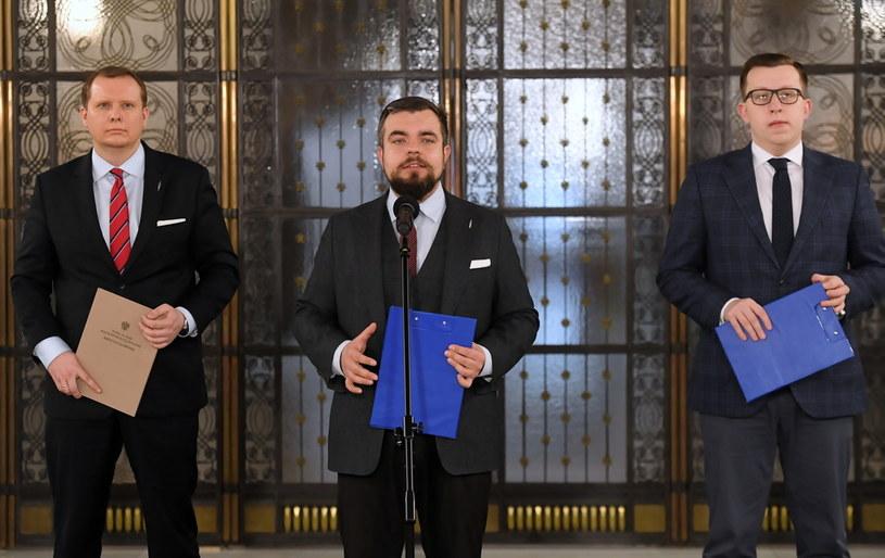 Posłowie Konfederacji Michał Urbaniak i Krystian Kamiński oraz rzecznik ugrupowania Tomasz Grabarczyk /Piotr Nowak /PAP