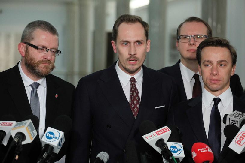Posłowie Konfederacji podczas konferencji prasowej w Sejmie /Paweł Supernak /PAP