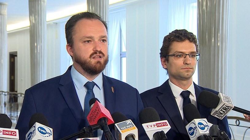 Posłowie Konfederacji podczas konferencji prasowej /Polsat News /Polsat