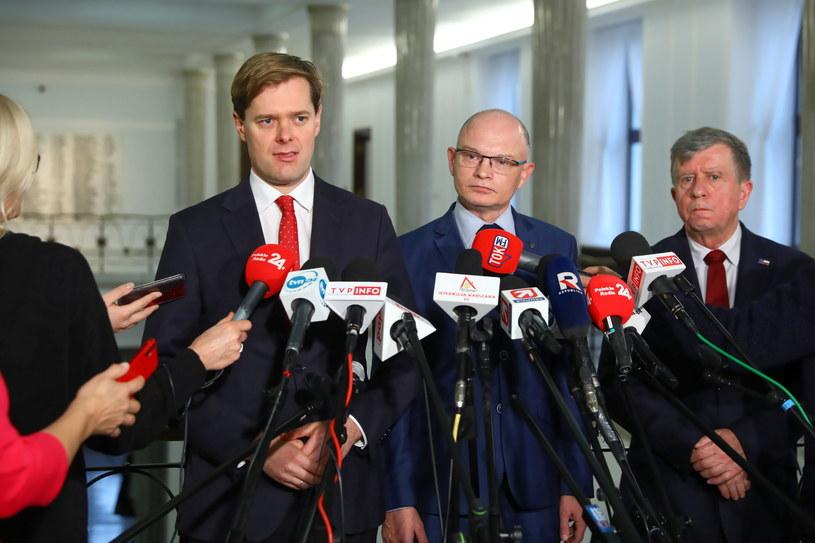 Posłowie KP Prawo i Sprawiedliwość podczas konferencji prasowej: Jarosław Krajewski, Waldemar Andzel i Michał Jach /Rafał Guz /PAP