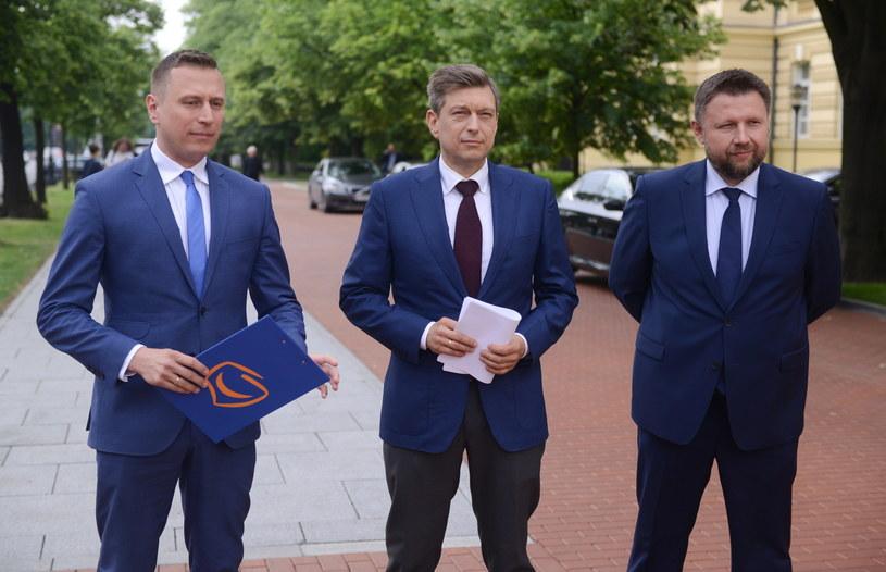 Posłowie Mariusz Witczak (w środku), Marcin Kierwiński (z prawej) i Krzysztof Brejza (z lewej) /PAP