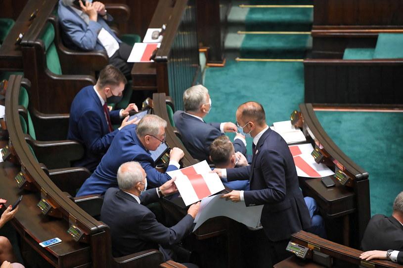 Posłowie na sali obrad (14.08.2020) / Radek Pietruszka   /PAP