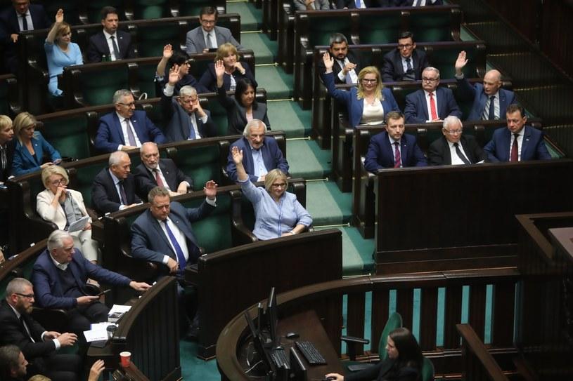 Posłowie na sali obrad podczas drugiego dnia posiedzenia Sejmu /Wojciech Olkuśnik /PAP