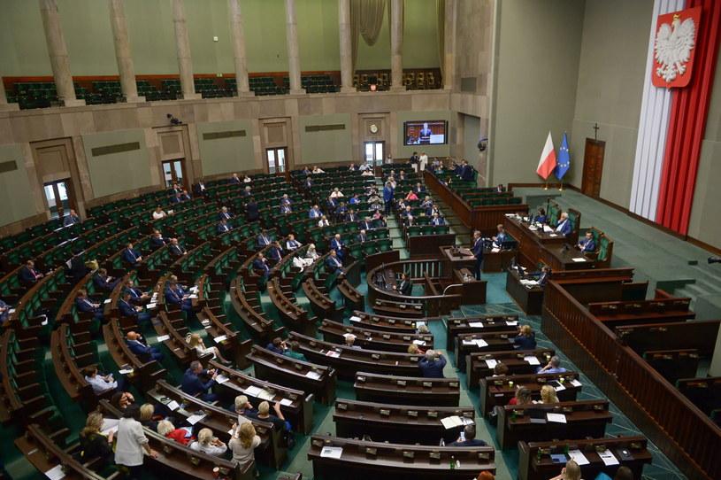 Posłowie na sali obrad podczas posiedzenia Sejmu w Warszawie (15.07.2020), zdj. ilustracyjne / Marcin Obara  /PAP