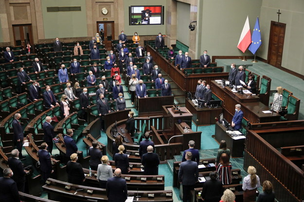 Posłowie na sali obrad podczas uczczenia 10. rocznicy zabójstwa Jolanty Brzeskiej /Wojciech Olkuśnik /PAP