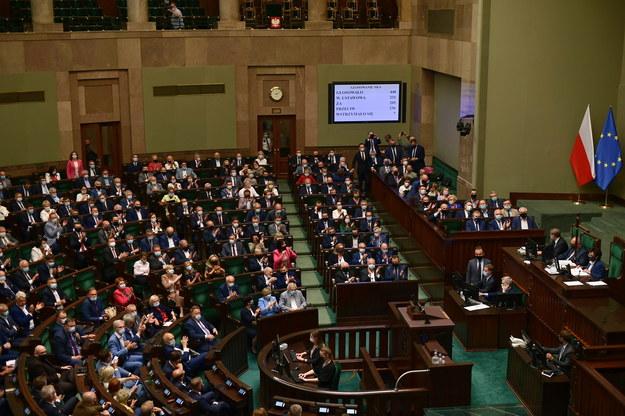 Posłowie na sali obrad Sejmu, 21 lipca / Marcin Obara  /PAP