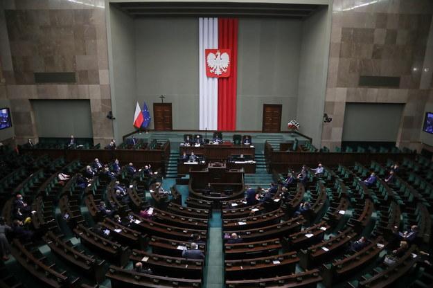 Posłowie na sali obrad Sejmu w Warszawie /Wojciech Olkuśnik /PAP