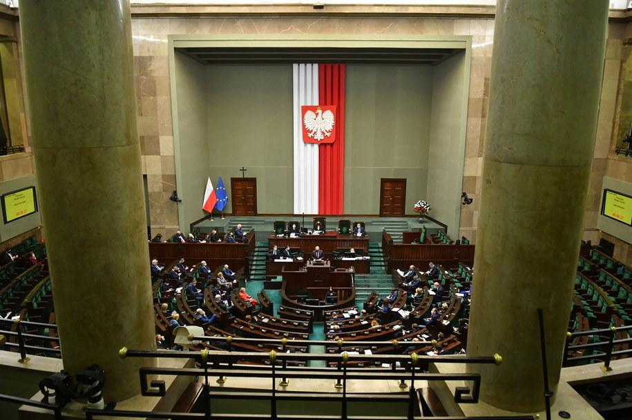 Posłowie na sali obrad Sejmu / Radek Pietruszka   /PAP