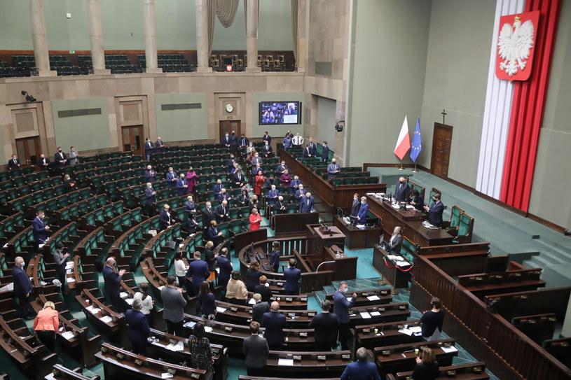 Posłowie na sali obrad Sejmu /Wojciech Olkuśnik /PAP