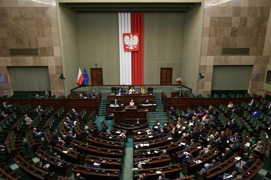 Posłowie na sali obrad w pierwszym dniu 17. posiedzenia Sejmu / Marcin Obara  /PAP