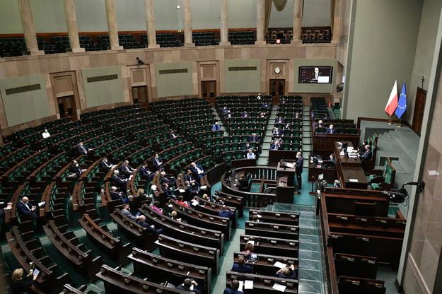 Posłowie na sali obrad w pierwszym dniu posiedzenia Sejmu / Marcin Obara  /PAP