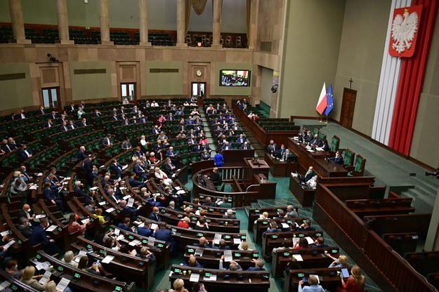 Posłowie na sali plenarnej Sejmu, 15 czerwca / Marcin Obara  /PAP