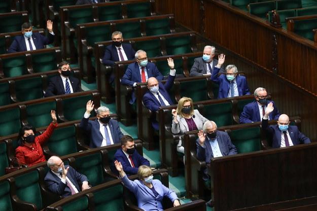 Posłowie na sali plenarnej Sejmu w Warszawie /Rafał  Guz /PAP