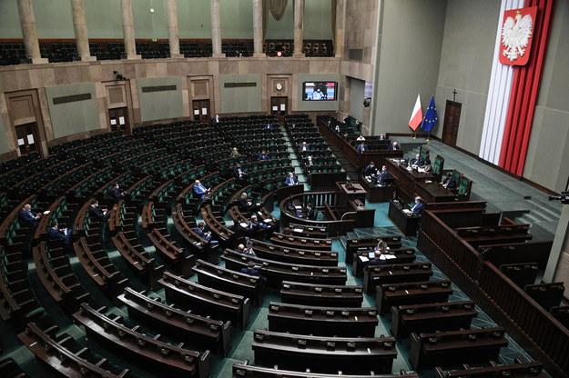Posłowie na sali plenarnej Sejmu / Radek Pietruszka   /PAP
