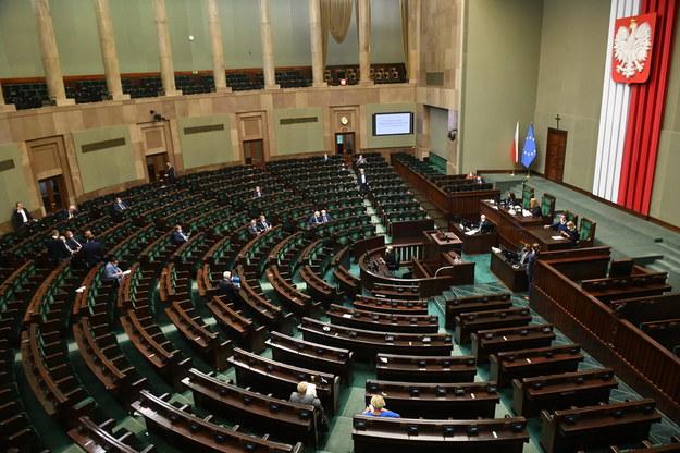 Posłowie na sali plenarnej Sejmu /Radek Pietruszka /PAP