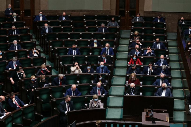 Posłowie na sali posiedzeń Sejmu /Piotr Molecki/East News /East News