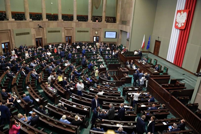 Posłowie na sali sejmowej / Marcin Obara  /PAP