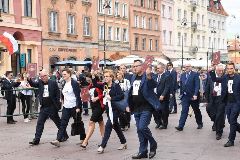 """Posłowie Nowoczesnej na Placu Zamkowym w koszulkach z napisem """"konstytucja"""" /Radek Pietruszka /PAP"""