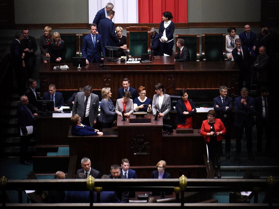 Posłowie opozycji na zamkniętej sali plenarnej Sejmu /Radek Pietruszka /PAP