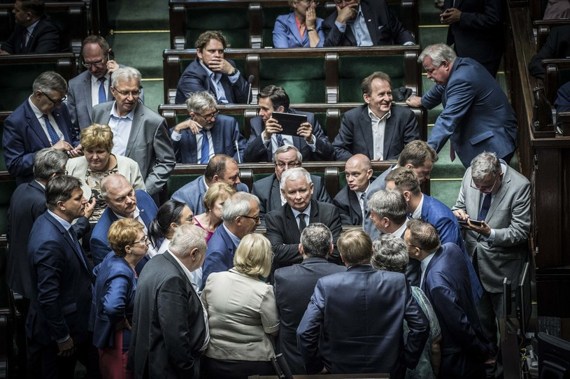 Posłowie PiS gromadzą się wokół Jarosława Kaczyńskiego /Jacek Domiński /Reporter