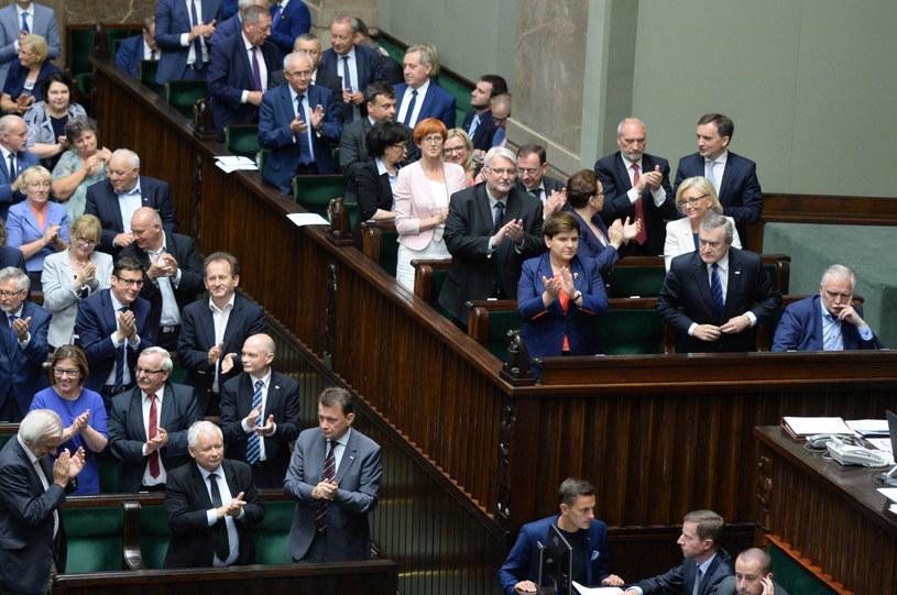 Posłowie PiS po uchwaleniu nowej ustawy o Sądzie Najwyższym /Jacek Turczyk /PAP