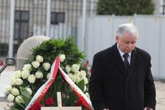 Posłowie PiS złożyli kwiaty pod Pałacem Prezydenckim