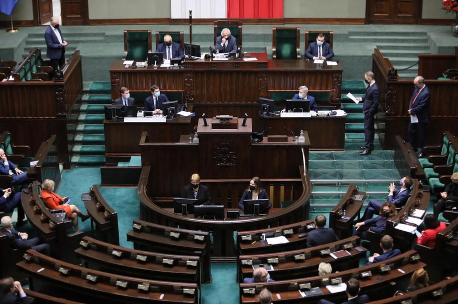 Posłowie podczas nadzwyczajnego posiedzenia Sejmu / Leszek Szymański    /PAP