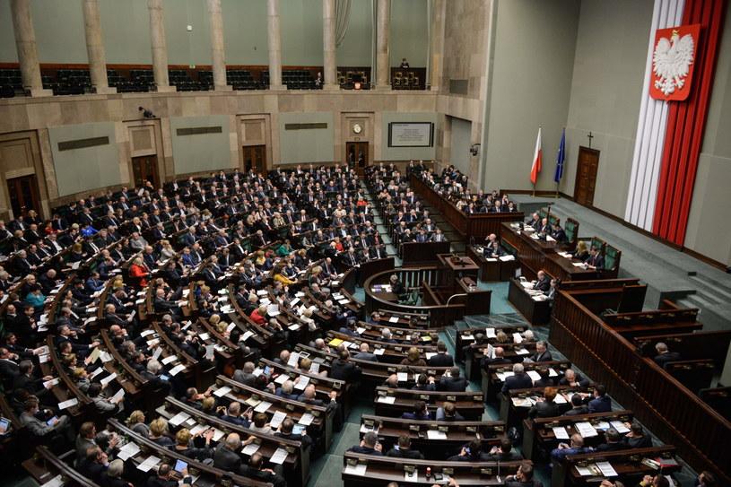Posłowie podczas wieczornych głosowań w Sejmie /Jakub Kamiński   /PAP