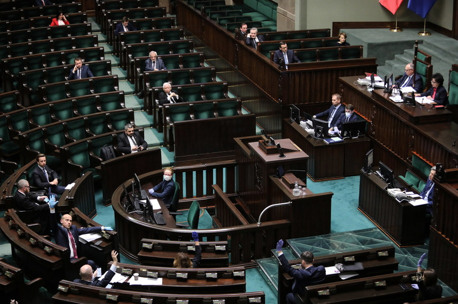 Posłowie podczas wieczornych głosowań w Sejmie /Wojciech Olkuśnik /PAP