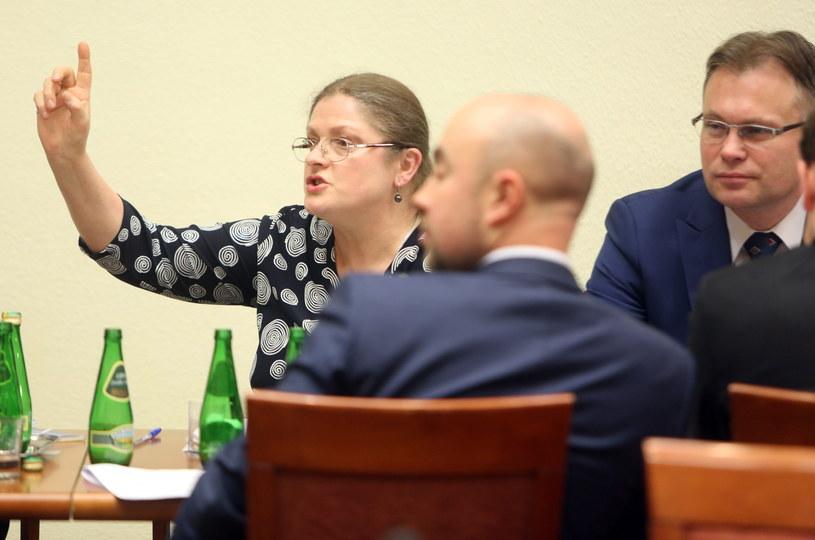 Posłowie Prawa i Sprawiedliwości - Krystyna Pawłowicz i Arkadiusz Mularczyk podczas wieczornego posiedzenia sejmowej Komisji Ustawodawczej /Leszek Szymański /PAP