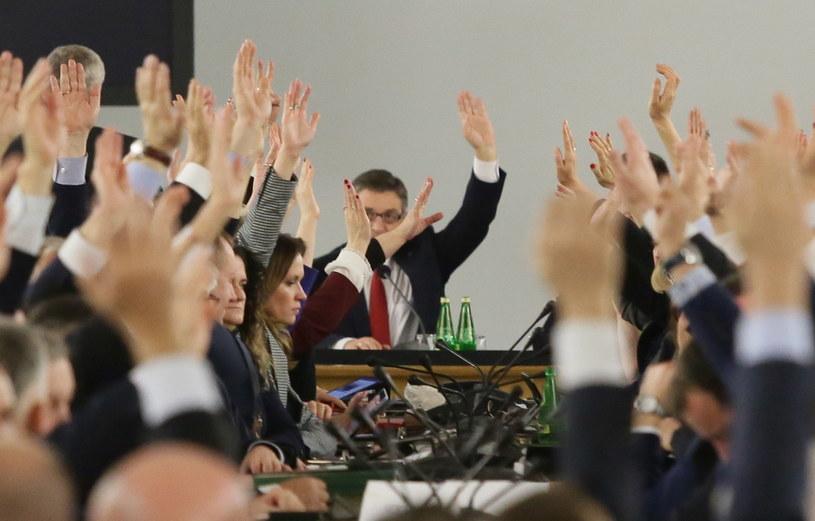 Posłowie Prawa i Sprawiedliwości podczas głosowań w trakcie przeniesionego do Sali Kolumnowej posiedzenia Sejmu /Tomasz Gzell /PAP