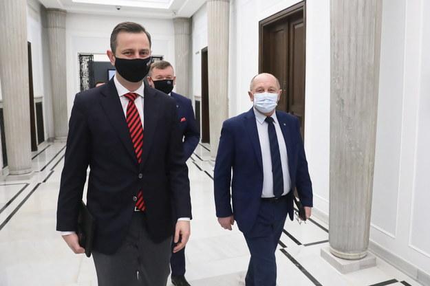 Posłowie PSL: Władysław Kosiniak Kamysz (L), Jarosław Rzepa (C) i Marek Sawicki (P) na korytarzu sejmowym / Tomasz Gzell    /PAP