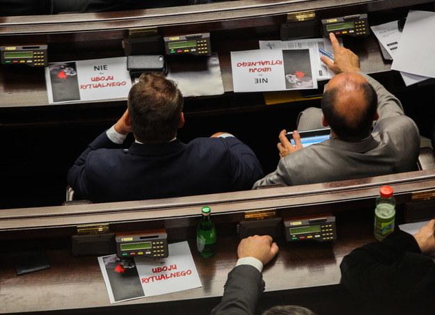 Posłowie Ruchu Palikota podczas głosowania /Jakub Kamiński   /PAP