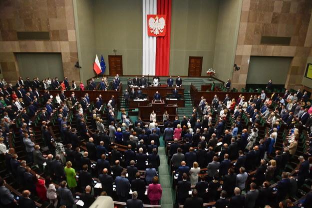 Posłowie w sali obrad Sejmu /Radek Pietruszka /PAP