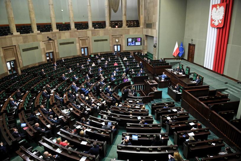Posłowie w Sejmie przed głosowaniem nad poprawkami Senatu / Radek Pietruszka   /PAP