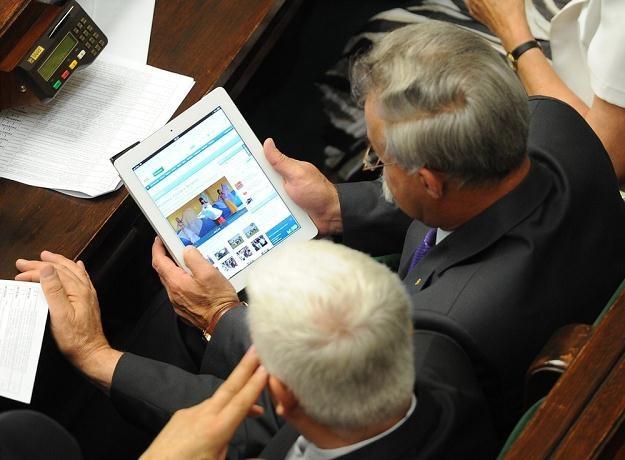 Posłowie z tabletem, fot. Witold Rozbicki /Reporter