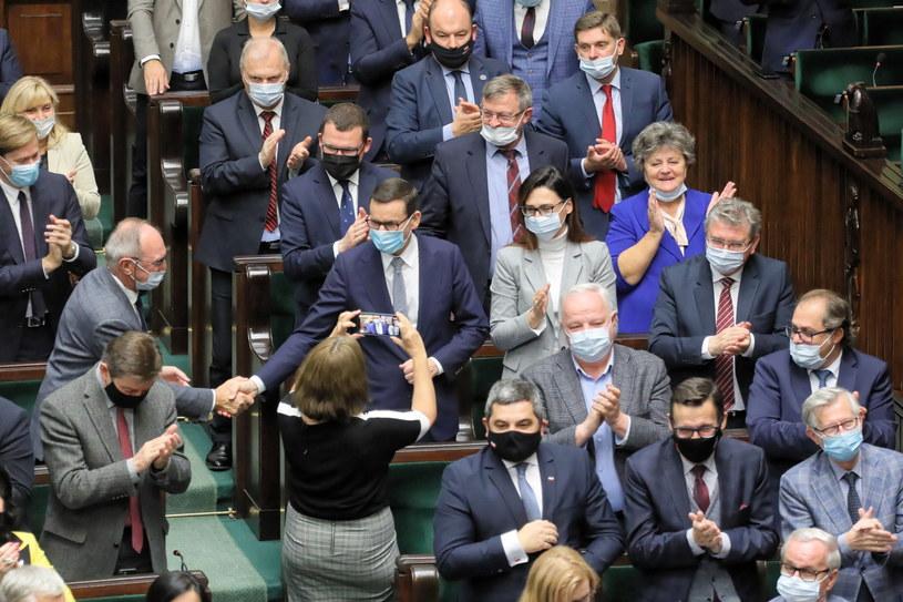 Posłowie Zjednoczonej Prawicy na sali obrad po przemówieniu premiera Mateusza Morawieckiego /PAP/Paweł Supernak /PAP