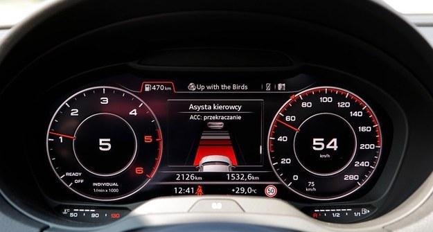 Pośrodku przekazywane są też dane z asystentów kierowcy, w tym z aktywnego tempomatu. /Motor