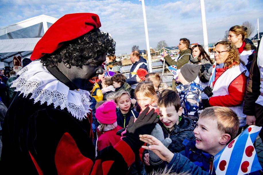 Postać Czarnego Piotrusia - osoby z pomalowaną na czarno twarzą, czerwonymi ustami i w peruce z kręconymi czarnymi włosami /Robin Utrecht /PAP/EPA