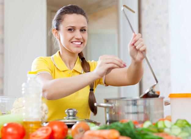 Postaraj się, by dania przygotowane w domu nie miały zbyt dużo soli /123RF/PICSEL