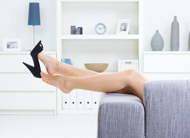 Postaraj się znaleźć przynajmniej 10 minut dziennie na odpoczynek z nogami uniesionym ku górze /123RF/PICSEL