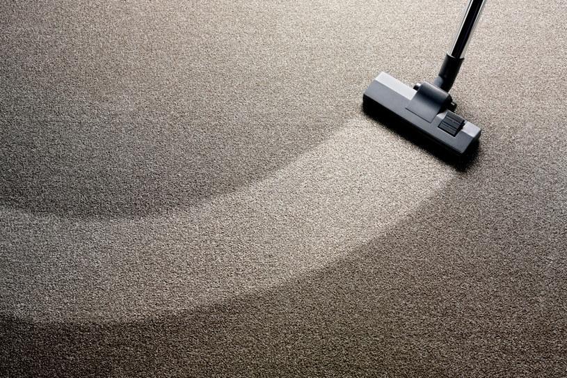 Posyp dywan sodą oczyszczoną, wetrzyj ją delikatnie gąbką lub miękką szczotką i pozostaw na ok. 30 minut. Po tym czasie trzeba zebrać sodę odkurzaczem i gotowe /123RF/PICSEL