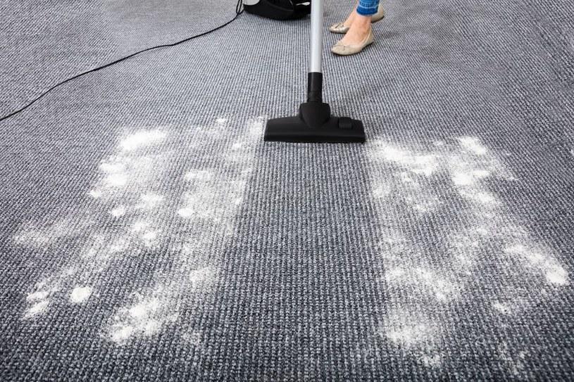 Posyp dywan sodą /©123RF/PICSEL