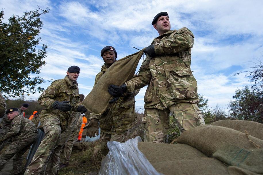 Poszkodowanym pomaga brytyjskie wojsko /Cpl Sam Jenkins HANDOUT /PAP/EPA