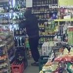 Poszukiwani sprawcy rozboju w sklepie w Bytomiu. Zdjęcia z monitoringu