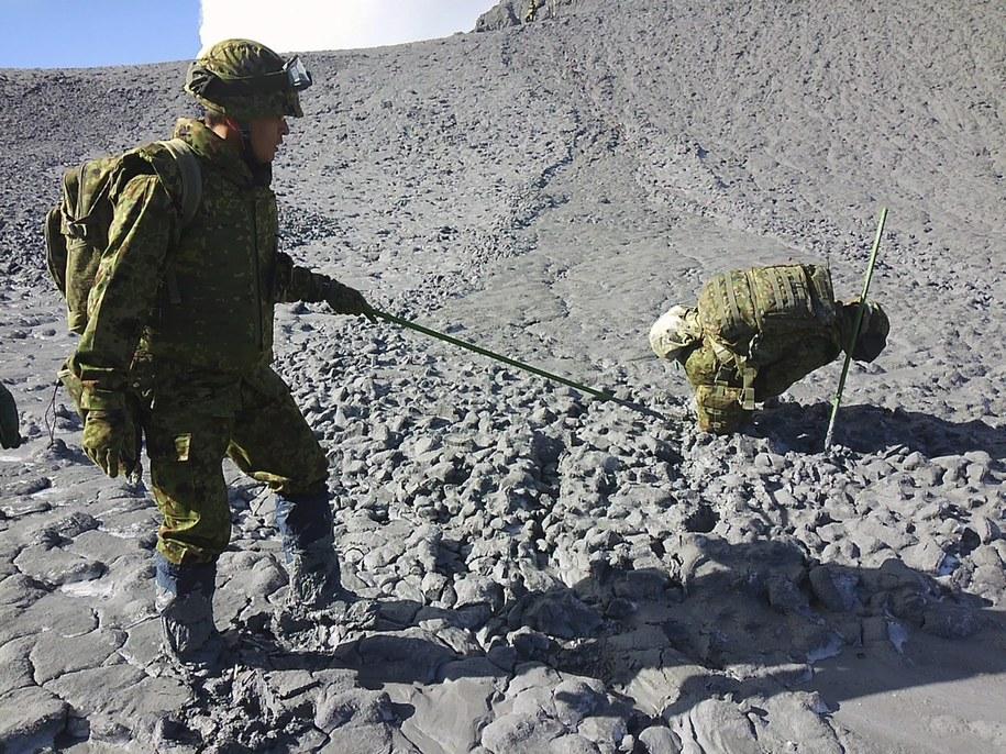 Poszukiwanie ofiar wybuchu wulkanu /JAPAN'S DEFENSE MINISTRY /PAP/EPA